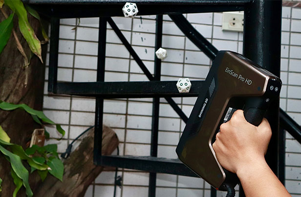 Magnetic dices help to capture a dark colored staircase more easily